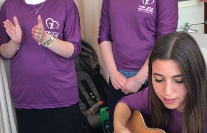 Famous singer Nechama Cohen with 'Belev Echad' volunteers • Shaarei Tzedek Hospital