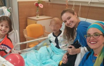 'Belev Echad' Volunteers visiting in the Oncology ward • Shaarei Tzedek