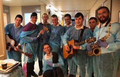 Saxophonist David Heller Joins the Volunteers at Shaarei Tzedek