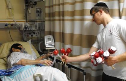 """חלוקת אלפי תפוחים בבתי חולים ברחבי הארץ • ערב ראש השנה • תשע""""ד"""