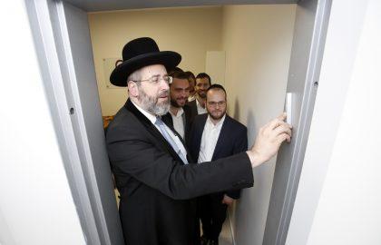 """""""מעריך מאוד את פועלכם"""": הרב הראשי לישראל קבע מזוזה במשרדים החדשים של 'בלב אחד' בבני ברק"""