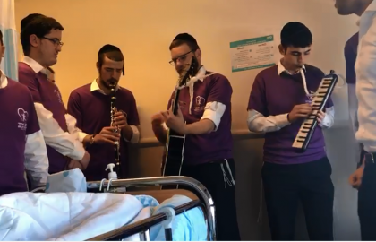 """It Will Be Ok"" • The Volunteers Singing to the Patients"